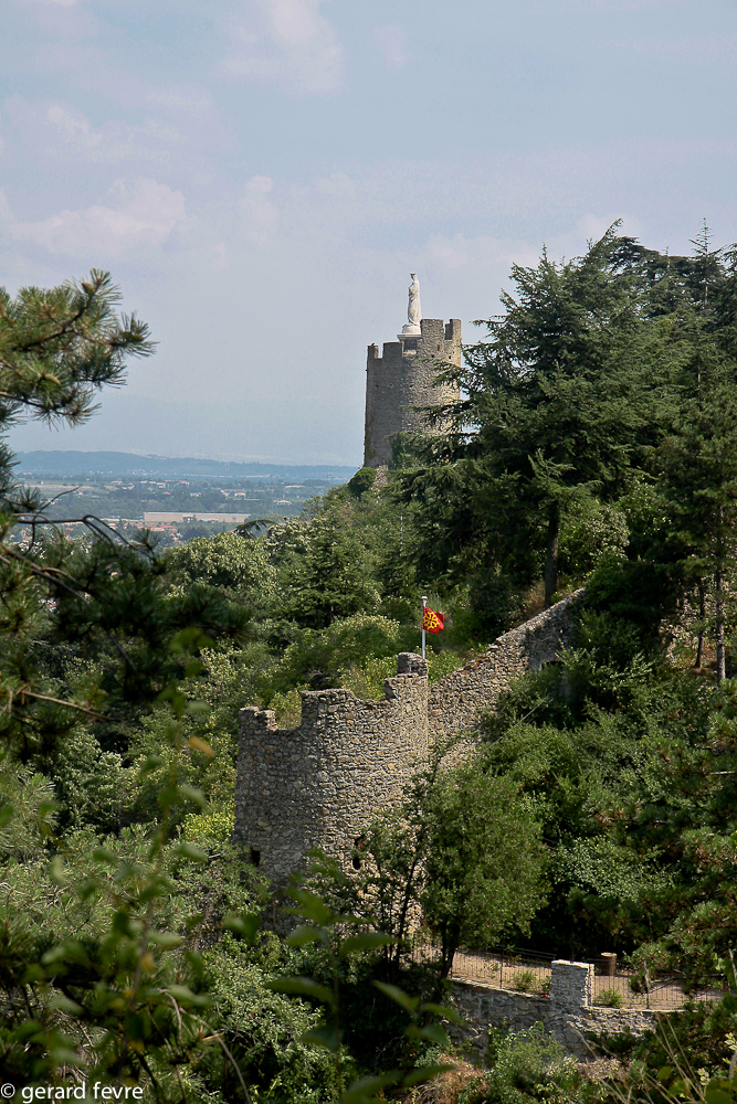 La tour avec son oriflamme languedocien et derrière en haut la tour qui domine Tournon