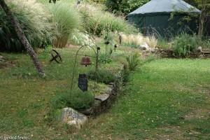 L'entrée du jardin et au fond la Yourte d'accueil